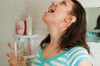 Процедура полоскания горла солью и содой при беременности